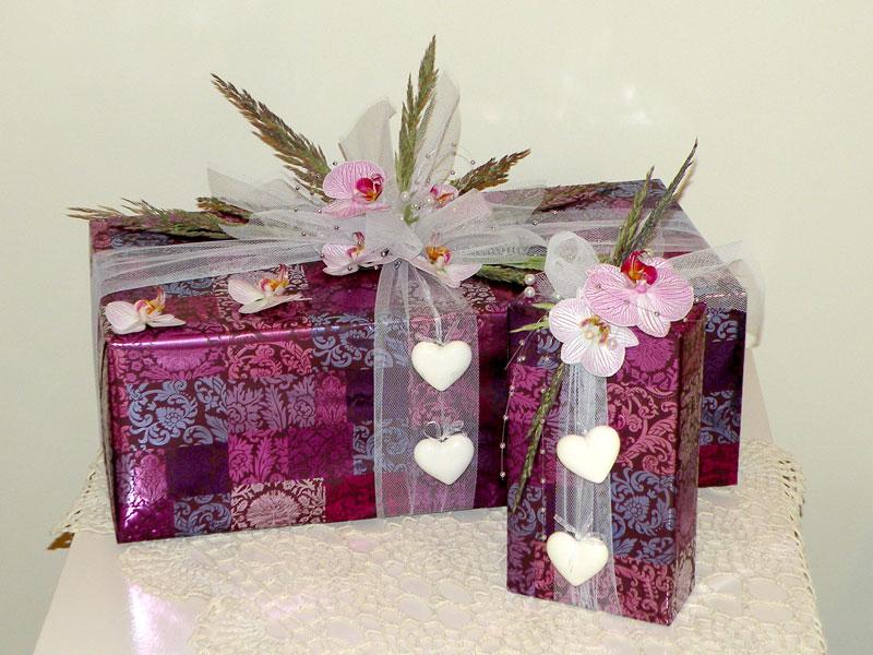 e5e4c20e43a134 Prezenty ślubne; metalizowany papier, żywe kwiaty storczyka, trawa,  perełki, dodatki ...
