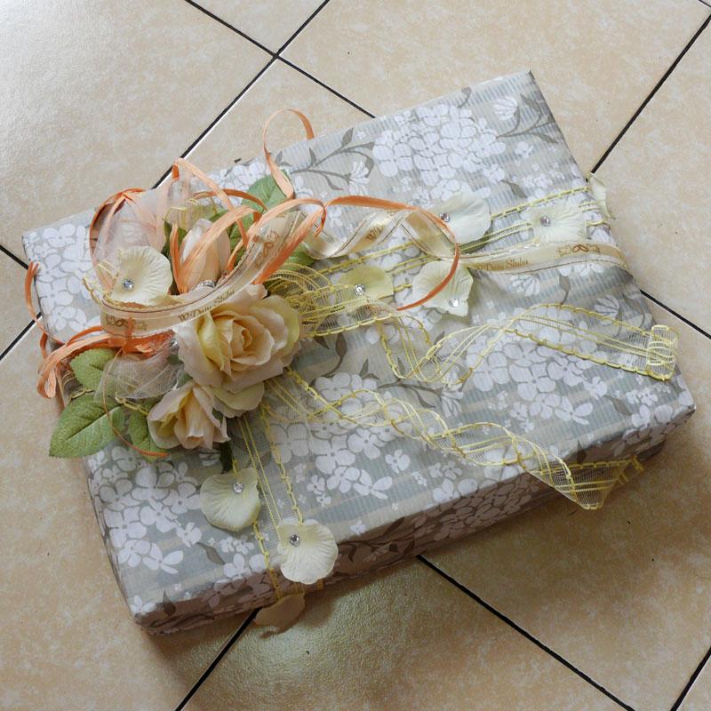 e836e02398ceeb ... Prezent ślubny; papier karbowany, wstążka żyłkowa, sztuczne róże,  dodatki