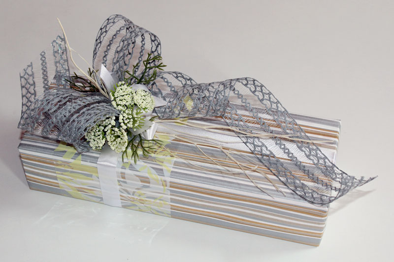 cff64f076c1953 ... Prezent urodzinowy; papier karbowany, folia drukowana, patyki  matsumata, sztuczne kwiaty, dodatki