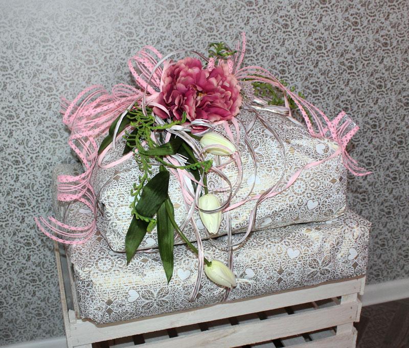 06bf1627ebe125 ... Prezent ślubny; papier karbowany, wstążka żyłkowa, sztuczne kwiaty,  dodatki